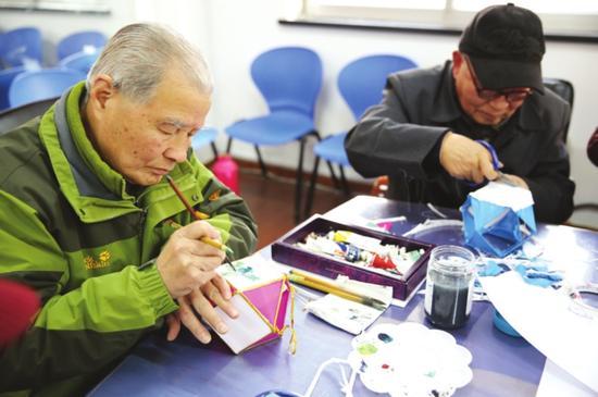 汪筱文在社区教居民做彩灯。
