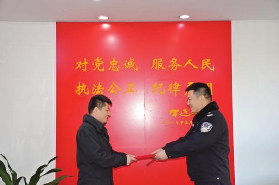 智勇小伙助力警方灭火化险,派出所为平民英雄颁奖表彰。  □记者杨天笑 摄