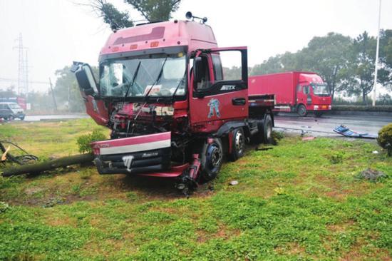 失控挂车撞断大树,车头受损严重