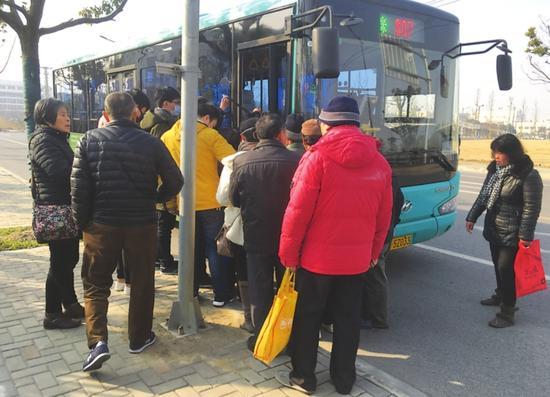 终点站同样有大量乘客在等车