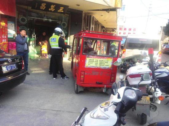 民警在查扣无牌无证电动三轮车。□王效刚 摄