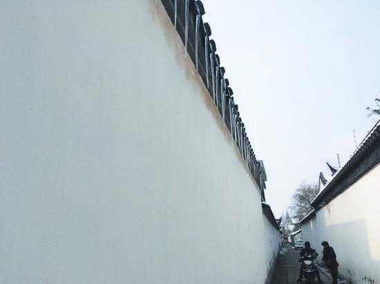 屋檐下挂了长长的冰凌