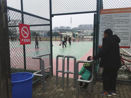 一所学校免费开放的篮球场