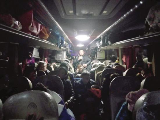 图为塞满乘客的超载大客车。  □王效刚  摄