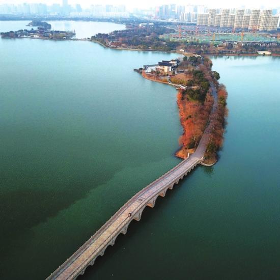昨天,风景如画的石湖,虽有朔风却也阳光正暖。 记者 倪黎祥 摄