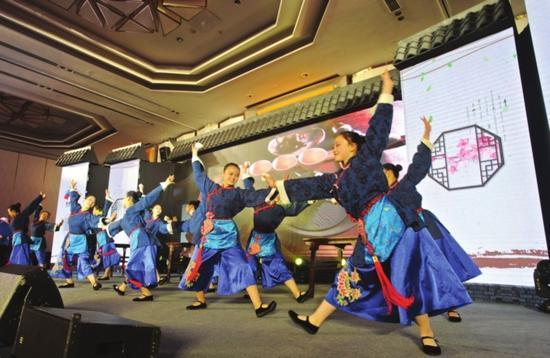 图为在昨天的开幕式上,演员表演舞蹈《苏州阿婆茶》