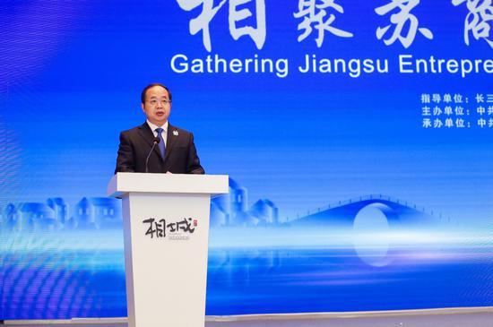 江苏省委统战部副部长、省工商联党组书记顾万峰主持会议