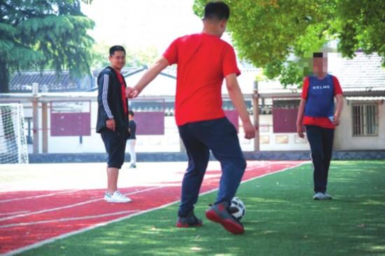 志愿者教练指导双人完成传球 董鑫提供