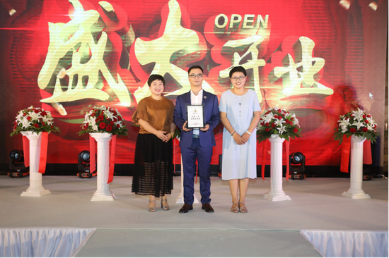 吕伟明董事长颁发品牌加盟证书