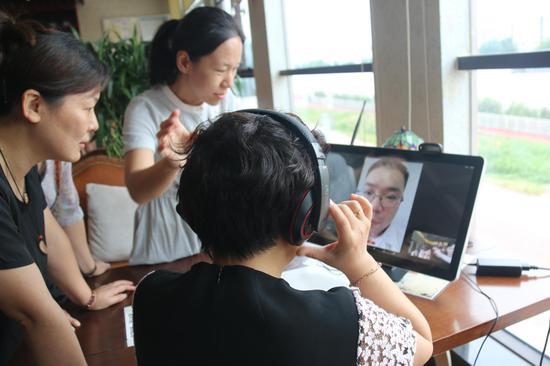 参会人员使用远程视频诊疗平台进行咨询