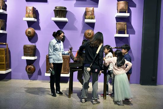小朋友们在六悦博物馆参观