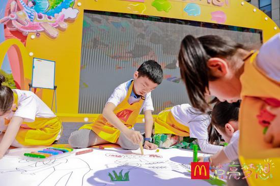 """小朋友在麦当劳""""点亮梦想""""加油站苏州站活动现场集体作画"""