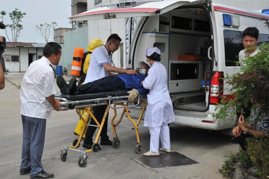 120救护人员马上开展现场急救,并将伤员转运至附近医院进行救治。