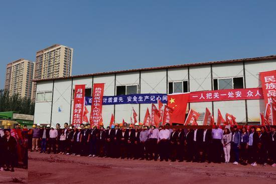 同一天,在月星沈阳环球港的启动建设仪式上,现场也举行了歌唱祖国的活动