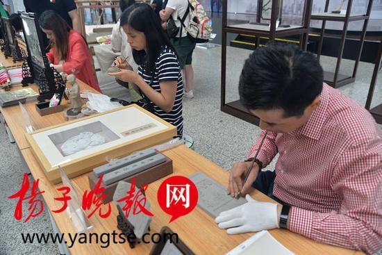 苏派砖雕传承人袁中平现场展示砖雕技艺