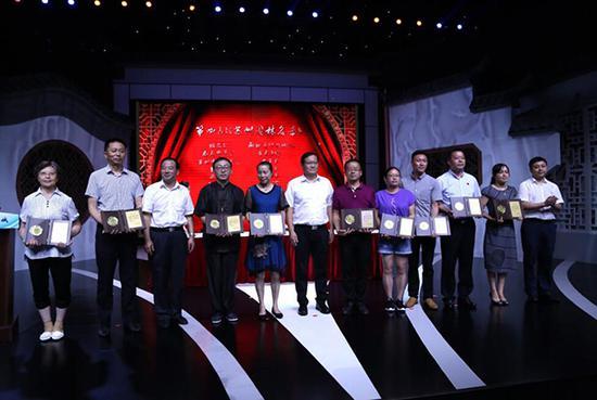 园林主管部门为第四批入选《苏州园林名录》的园林举行授牌仪式