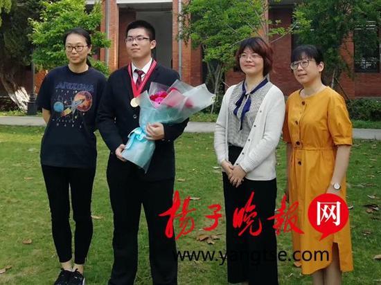 刘金禹与老师们合影