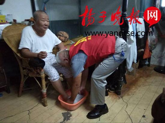 王老伯正在享受居家护理服务
