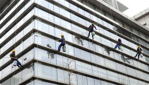 高空清洁工清洗高层建筑