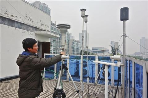 监测人员正在检查空气采样头