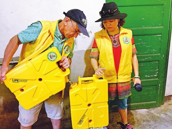2016年,汤崇雁在贵州拉坝和受资助孩子在一起