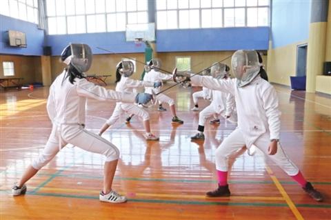 图为狮山实验小学的学生在进行击剑训练。□徐爱华