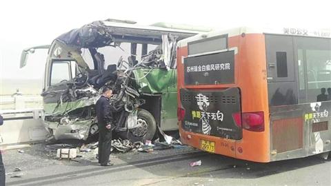昨天中午,太湖大桥一号桥上,一辆公交车与一辆上海牌照大客车迎面相撞,造成2人死亡,38人受伤,车辆严重受损。 (图片来自网络)