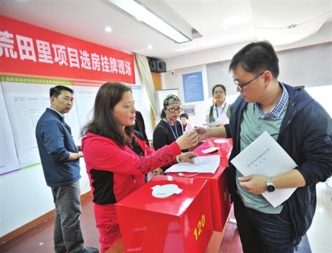 昨天上午,湄长社区相关居民在选房。