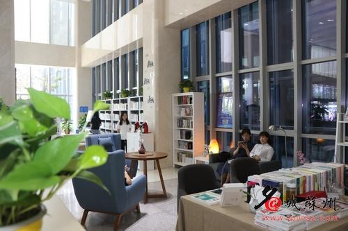 苏州科技城医院内部的图书馆。
