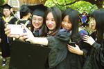 毕业季来临 苏州大学毕业生纷纷绽笑颜 合影留念