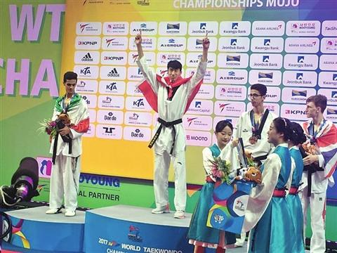 赵帅(左二)成中国首位男子跆拳道世锦赛冠军。   (苏州市体育局供图)