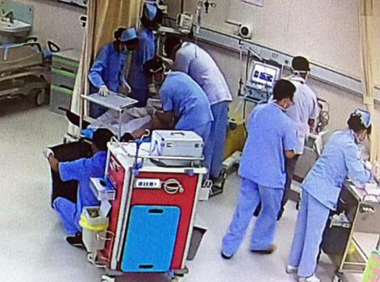 男子被送医抢救。医院供图
