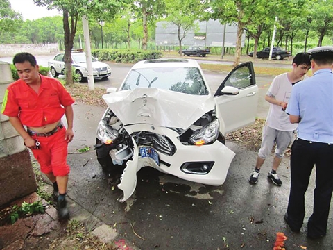 因劣质脚垫引发的交通事故,不仅车头严重受损,驾驶人也被撞得头破血流。 □朱卫华 摄