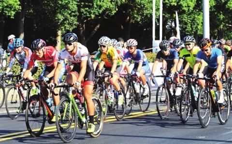 昨天,参赛选手在2017中国自行车联赛苏州阳澄湖半岛站赛场上角逐名次。 □记者濮建明摄