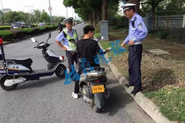 """小伙悬挂山寨号牌""""CCTV新闻采访"""" 令人啼笑皆非"""