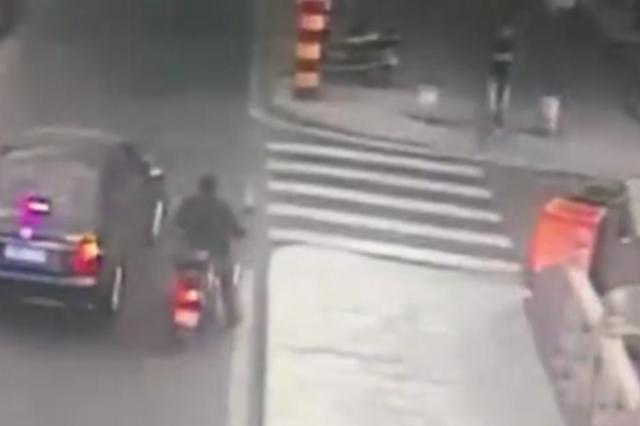 ladbrokes立博三岁男童卷入车底 路人合力将汽车抬起