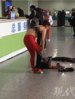 南京一医院内女子突然脱衣大闹