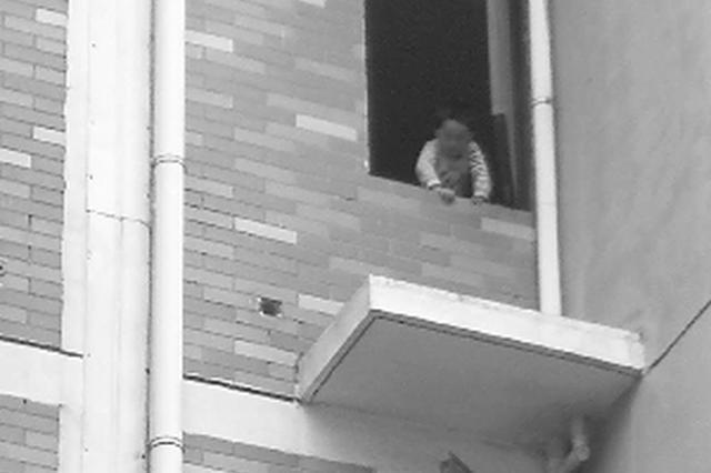 苏州一幼童爬上四楼窗台 辅警上演生死救援