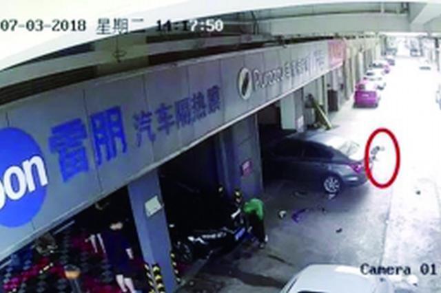 吴江一位父亲在倒车,即将轧到儿子的瞬间 苏州交警供图