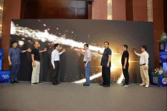 中国电视艺术家协会名誉主席赵化勇(右)授牌