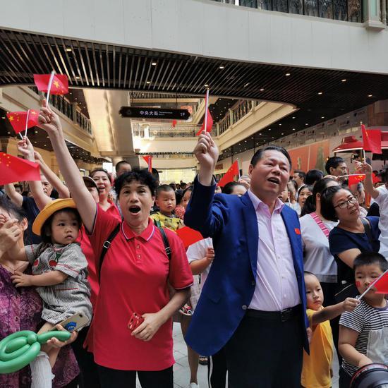 月星集团董事局主席丁佐宏作为快闪歌手代表,与市民群众们一起唱响《我和我的祖国》