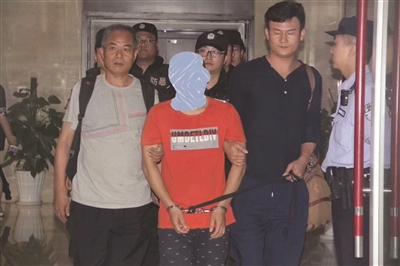 20年后,吴国梁(左)终于亲手将当年劫犯押解回苏。警方供图