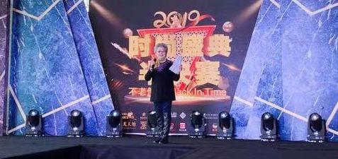 高君慧女士作为评委团主席,在大赛开始之际介绍比赛评分标准,并代表评委团宣读评委公平承诺书。