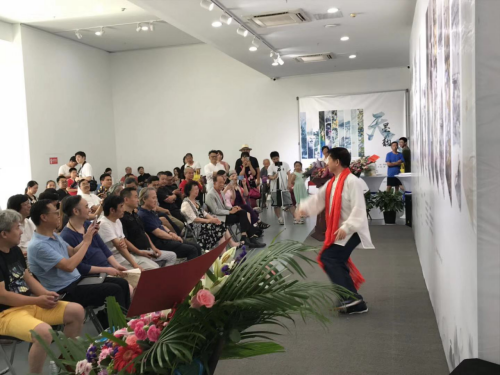 王子天先生表演水墨太极舞