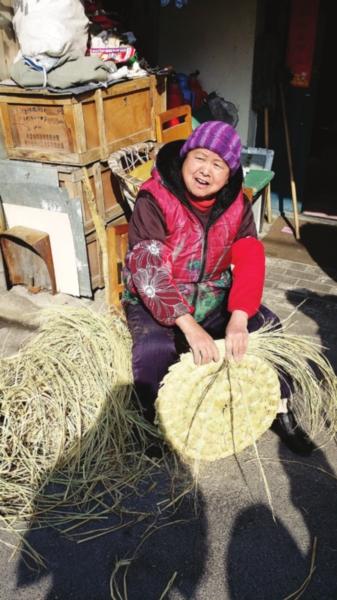老苏州张杏娣有一手编草焐窠的绝活。