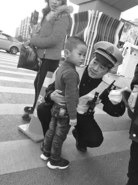 昨天下午,一名小孩从大润发超市走失,站在马路上哇哇大哭。高新区交警伸出援手,帮他找到了家长。 □李滢 摄