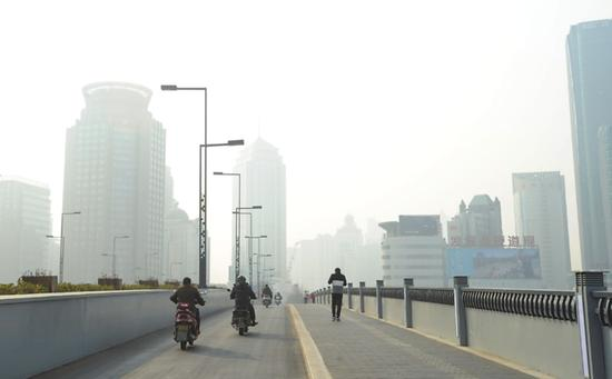 昨天,苏城出现雾霾天气。 记者 杭兴微 摄