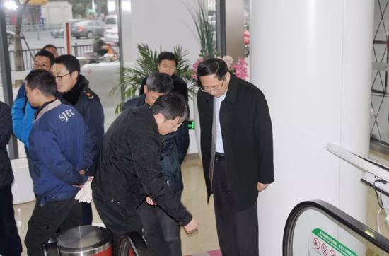 节前,市质监局局长、党组书记王庆煊带队检查特种设备安全工作