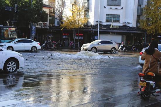 路面水管突然爆裂