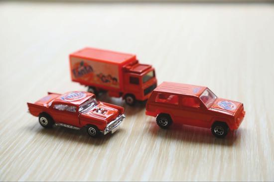 """小吴的三辆橙色印着""""fanda""""字样的小车"""